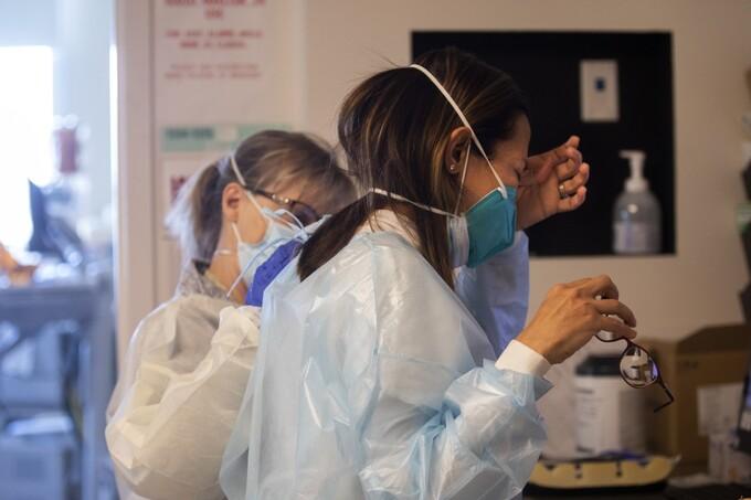 Y tá Anne Dauchy, bên trái, đặt tay lên bác sĩ Marwa Kilani để an ủi. Kilani khóc sau khi nói chuyện với gia đình một bệnh nhân tại Trung tâm Y tế Providence Holy Cross ở Mission Hills, California, hôm 30/12. Ảnh:LA