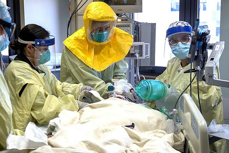 Một bệnh nhân Covid-19 được điều trị trong phòng chăm sóc đặc biệt tại Trung tâm Y tế Đại học Loma Linda. Ảnh: Los Angeles Times