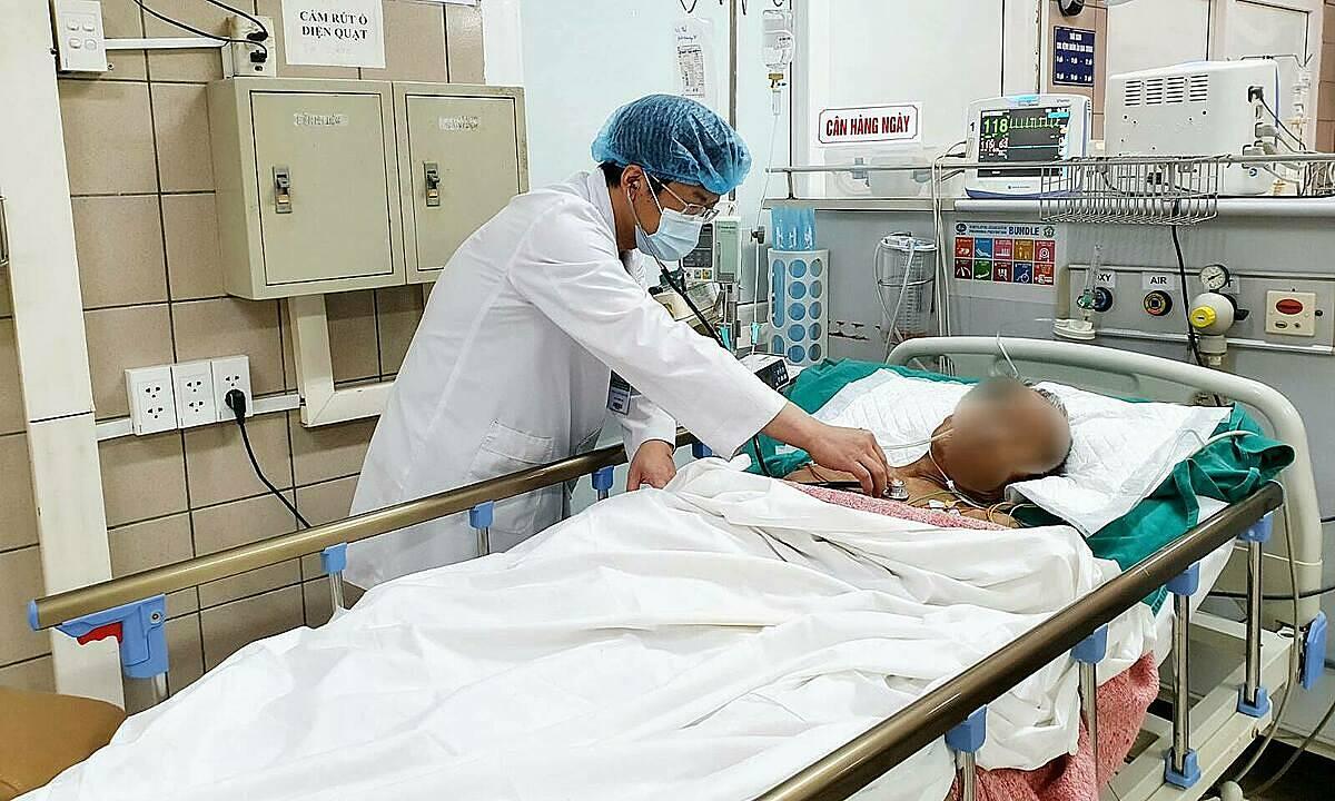 Bệnh nhân đang được điều trị tại Trung tâm Chống độc, Bệnh viện Bạch Mai. Ảnh: Mai Thanh.