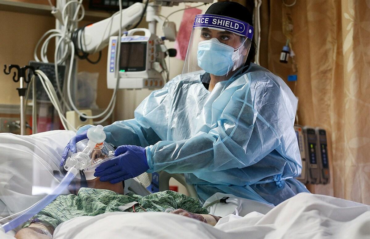 Một y tá đang chăm sóc bệnh nhân Covid-19 trong phòng ICU ở Trung Tâm Y tế St. Mary, Apple Valley, California. Ảnh: NBC News.