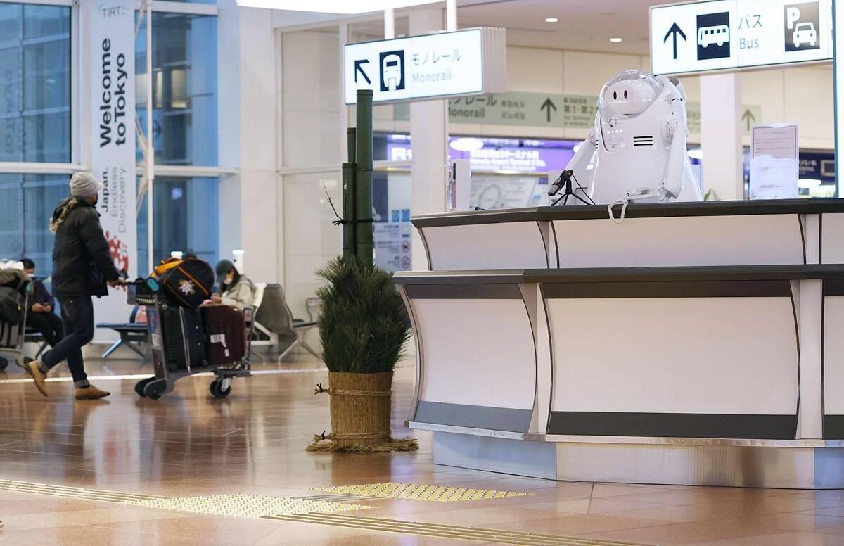 Bốn du khách được phát hiện dương tính với Covid-19 khi cách ly tại sân bay Haneda, Tokyo ngày 2/1. Ảnh:Japan Times.