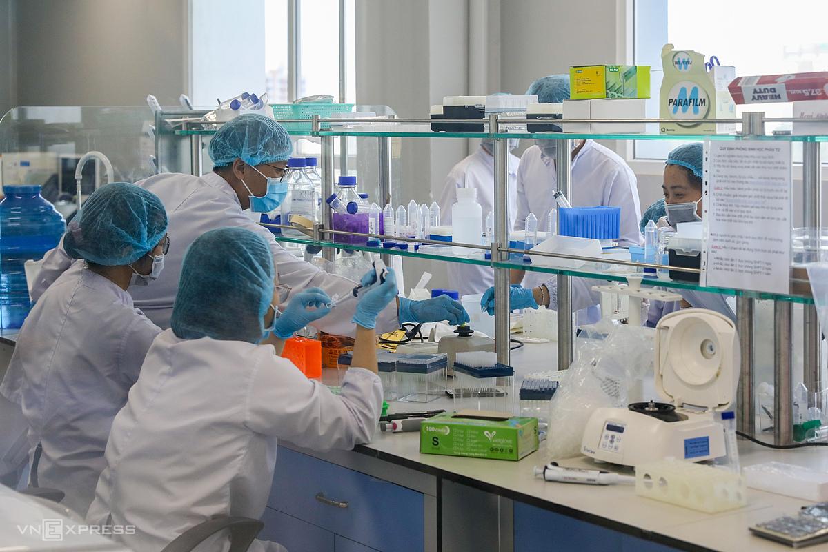 Nhân viên công ty Nanogen tiến hành các công đoạn nghiên cứu, bào chế Nanocovax tại trụ sở ở quận 9, TP HCM. Ảnh: Quỳnh Trần.