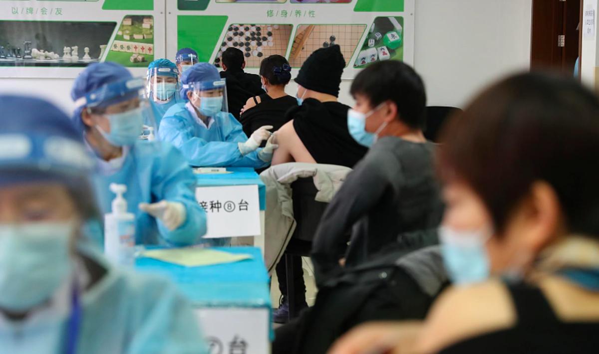 Người dân Trung Quốc được tiêm vaccine tại một điểm tiêm chủng tạm thời ở Bắc Kinh, ngày 8/1. Ảnh: Reuters
