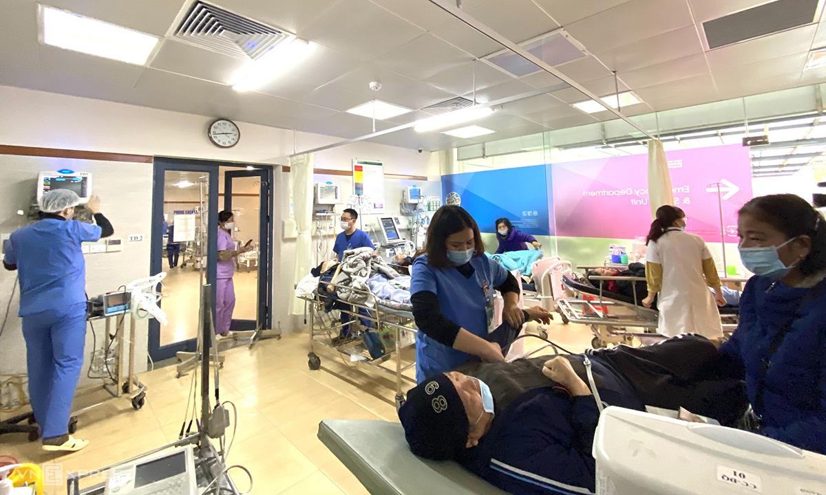 Trời chuyển lạnh, số bệnh nhân cấp cứu tăng đột biến, các y bác sĩ phải luôn tay, luôn chân cả ngày để tiếp nhận và điều trị người bệnh kịp thời. Ảnh: Thùy An