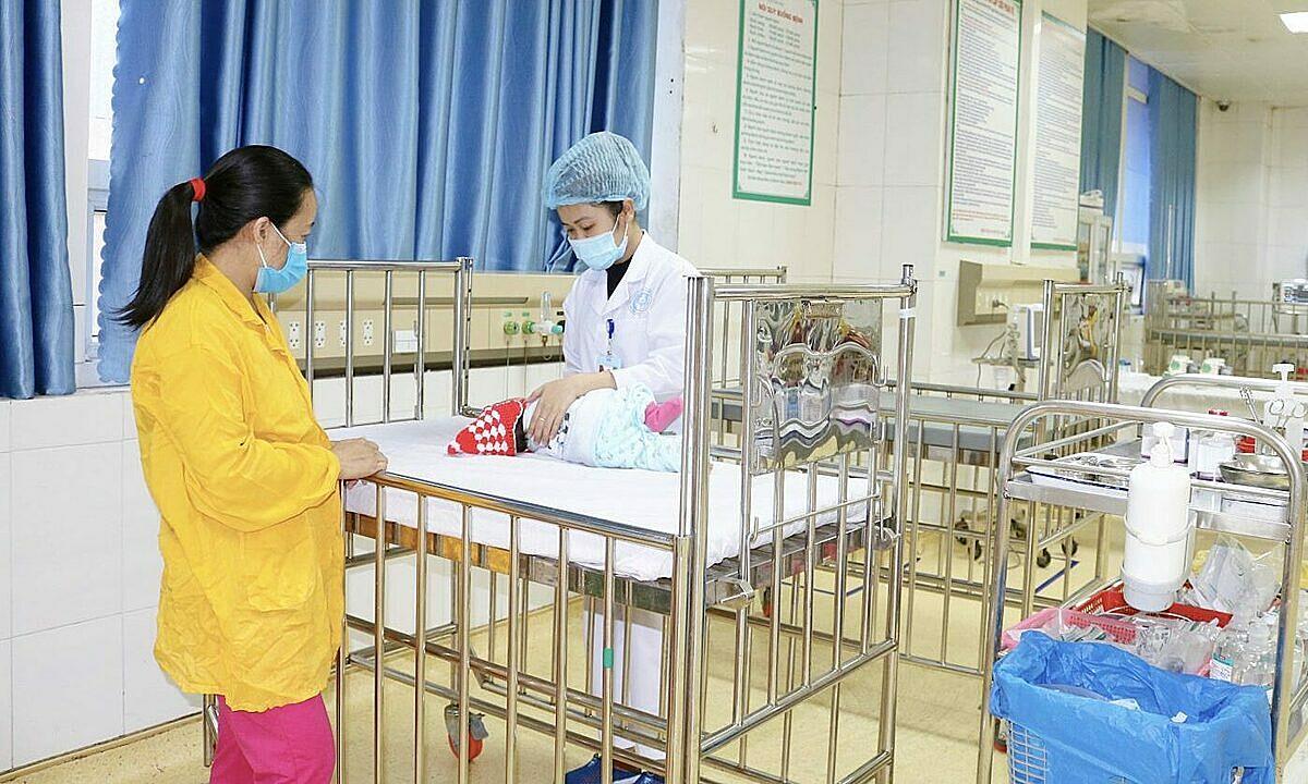Một bệnh nhi phải nhập viện sau cha mẹ rửa mũi sai cách. Ảnh: Bệnh viện cung cấp.