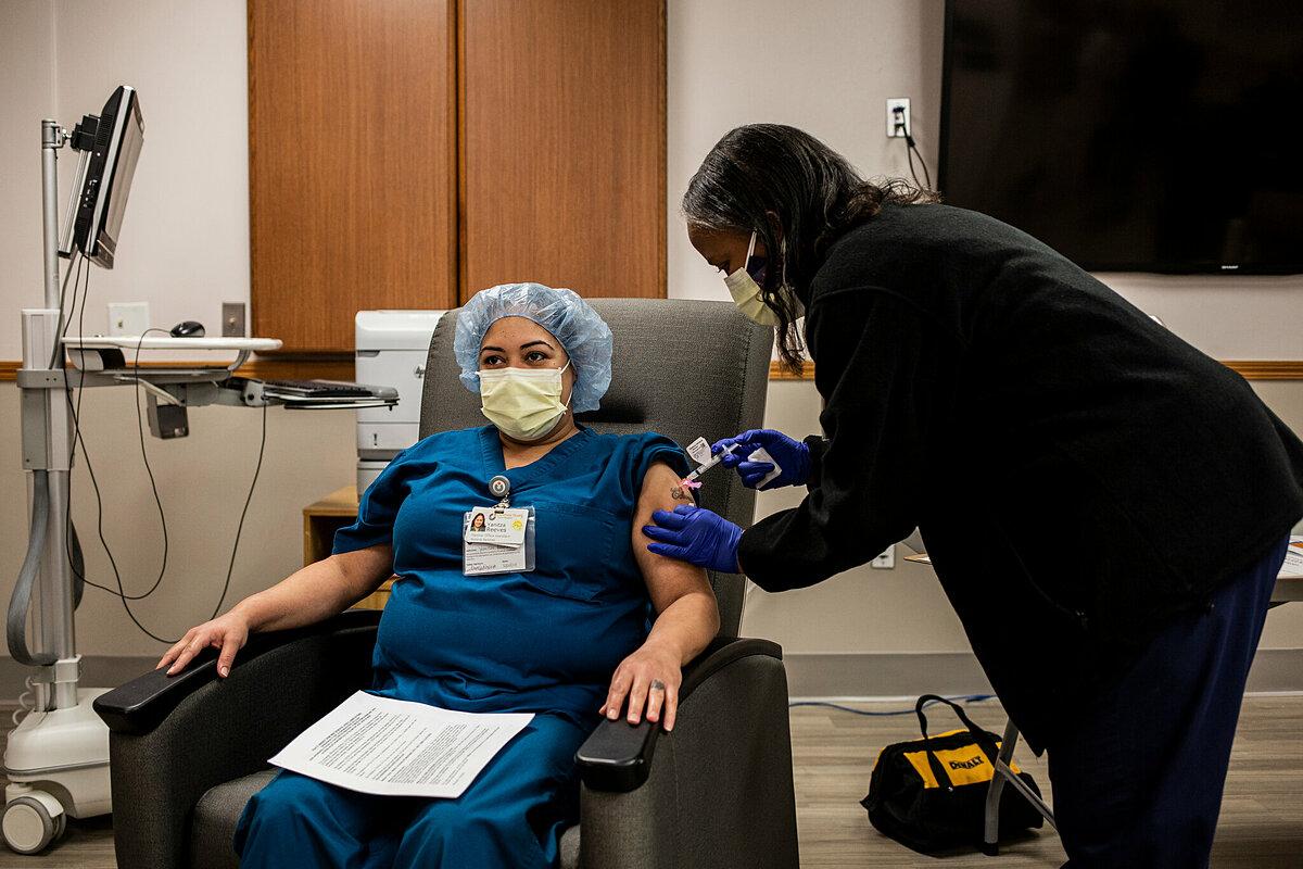 Nhân viên y tế được tiêm vaccine Covid-19 của Moderna tại Bệnh viện Christ, New Jersey, tháng 1/2021. Ảnh: NY Times