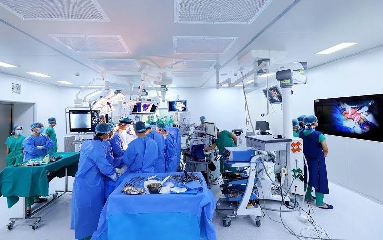 7 êkip cùng tham gia ghép xương chậu nhân tạo cho bệnh nhân ngày 11/1 vừa qua. Ảnh: Bệnh viện Đa khoa Tâm Anh.