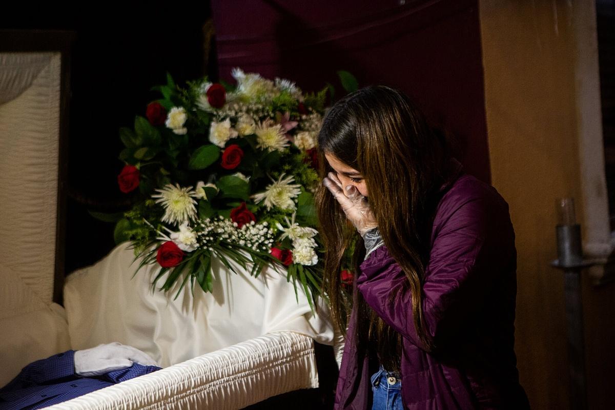 Nataly Arias khóc thương ông nội, Gilberto Arreguin, người đã chết vì biến chứng Covid-19, tại Nhà tang lễ Continental, Los Angeles. Ảnh: NY Times