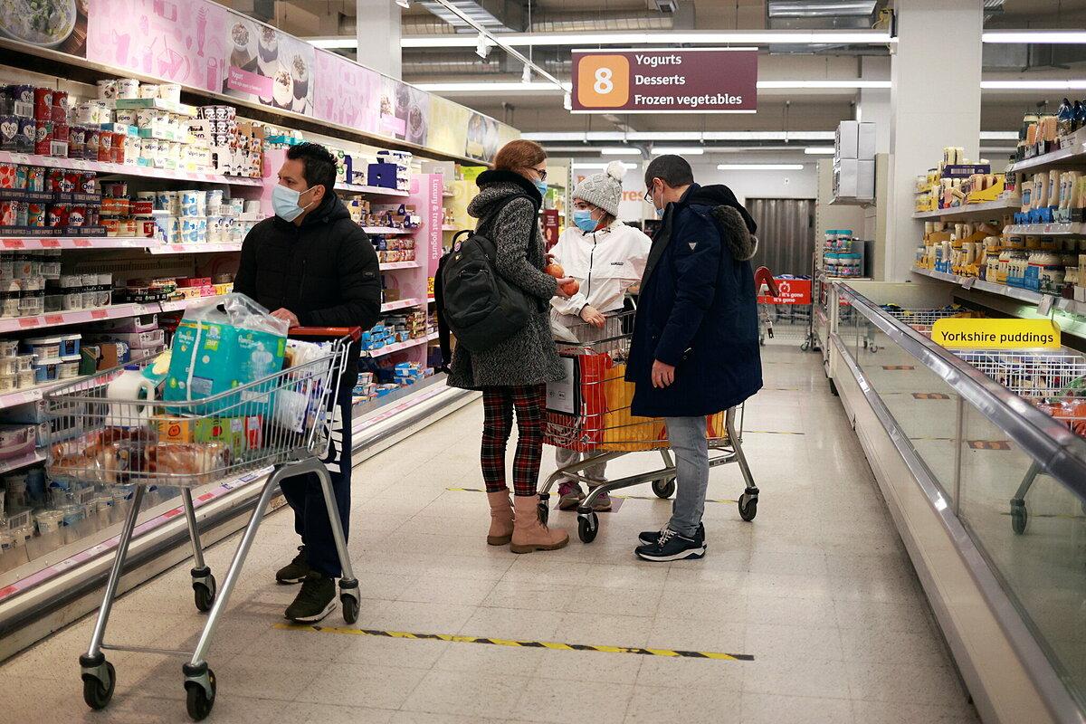 Người dân Anh đeo khẩu trang khu mua sắm tại siêu thị Sainsbury, London, ngày 11/1. Ảnh: Reuters