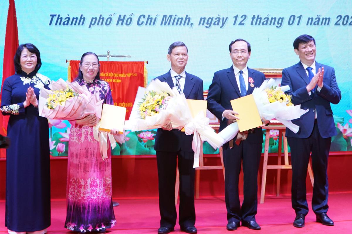 Phó Chủ tịch nước Đặng Thị Ngọc Thịnh và Bộ trưởng Bộ Y tế Nguyễn Thanh Long tặng hoa chúc mừng ba Thầy thuốc Nhân dân. Ảnh: Thư Anh.