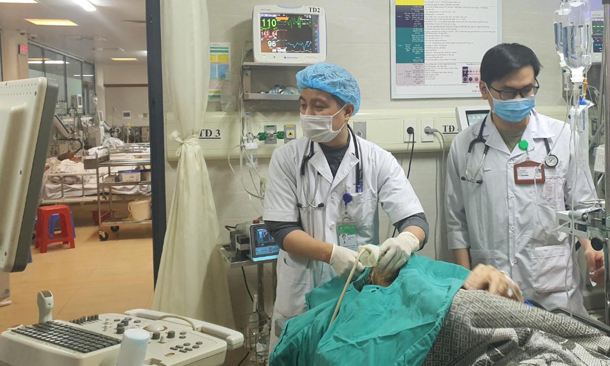 Bác sĩ đang thực hiện thủ thuật cấp cứu cho bệnh nhân vừa chuyển đến bệnh viện do đột quỵ. Ảnh: Bệnh viện cung cấp