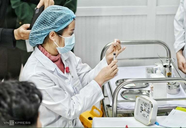 Chuẩn bị tiêm thử liều Nanocovax 25 mcg cho tình nguyện viên tại Học viện Quân y. Ảnh: Giang Huy.