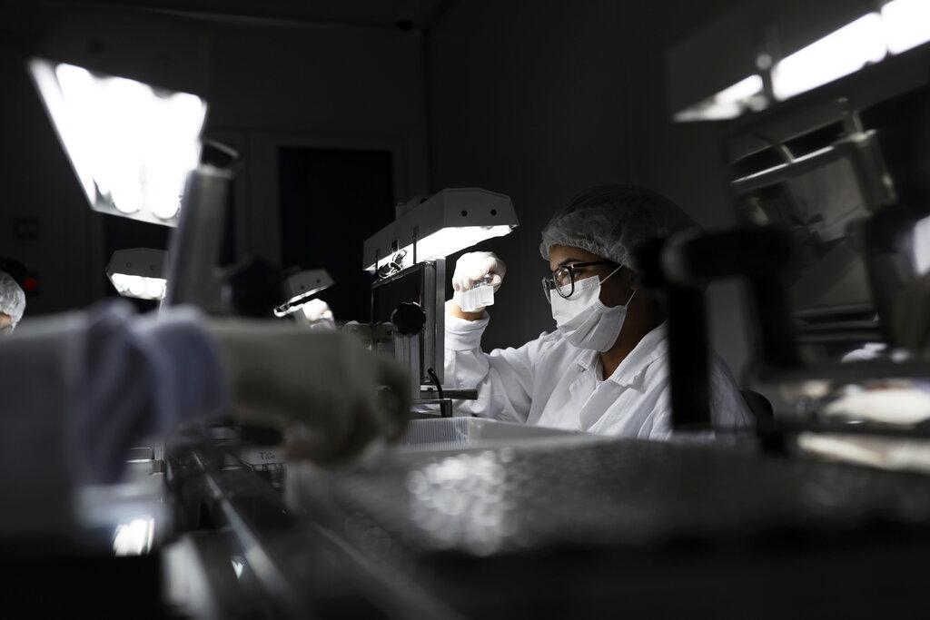 Chuyên viên kiểm tra các lọ đựng vaccine CoronaVac, do công ty Sinovac sản xuất tại Viện Butantan, São Paulo, Brazil. Ảnh: Reuters