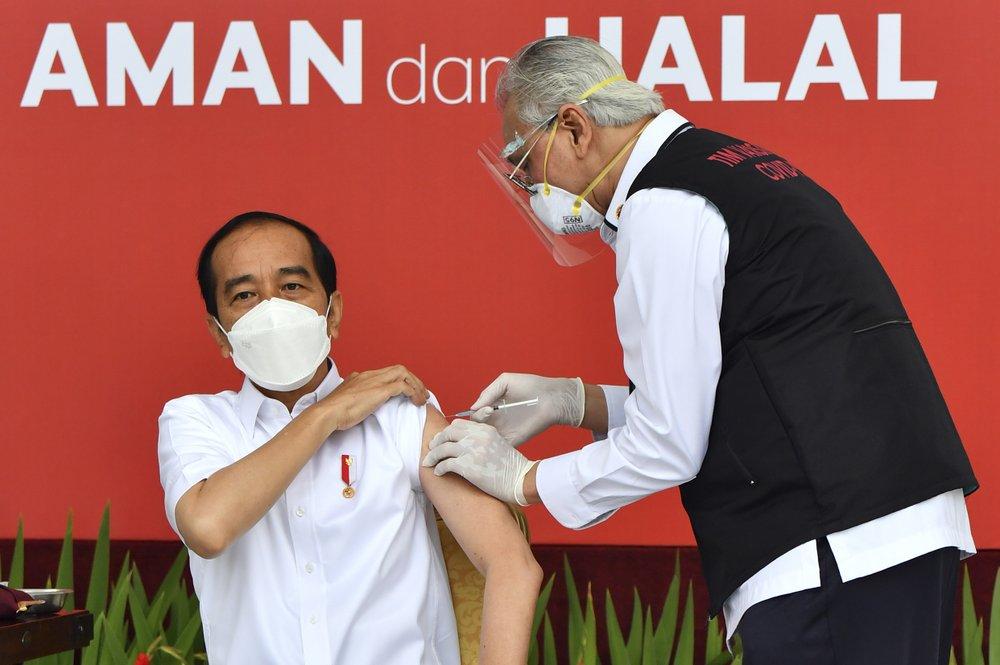 Tổng thống Joko Widodo được tiêm phòng vòa ngày 13/1. Ảnh: AP News.