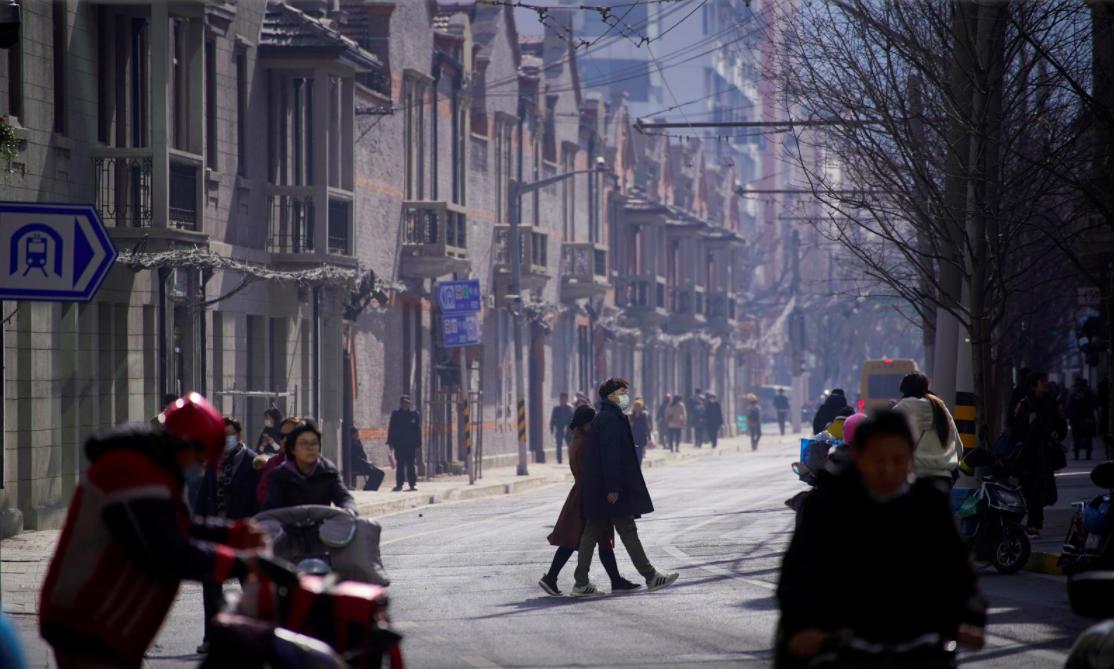 Người dân Trung Quốc đeo khẩu trang tại thành phố Thượng Hải, ngày 14/1. Ảnh: Reuters