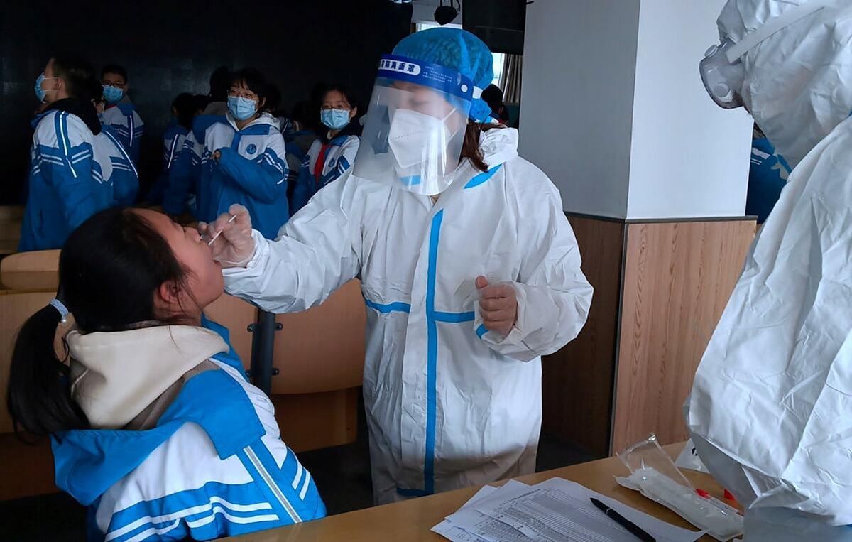 Học sinh tại một trường trung học ở Hình Đài, Hà Bắc, được xét nghiệm nCoV. Ảnh: Reuters