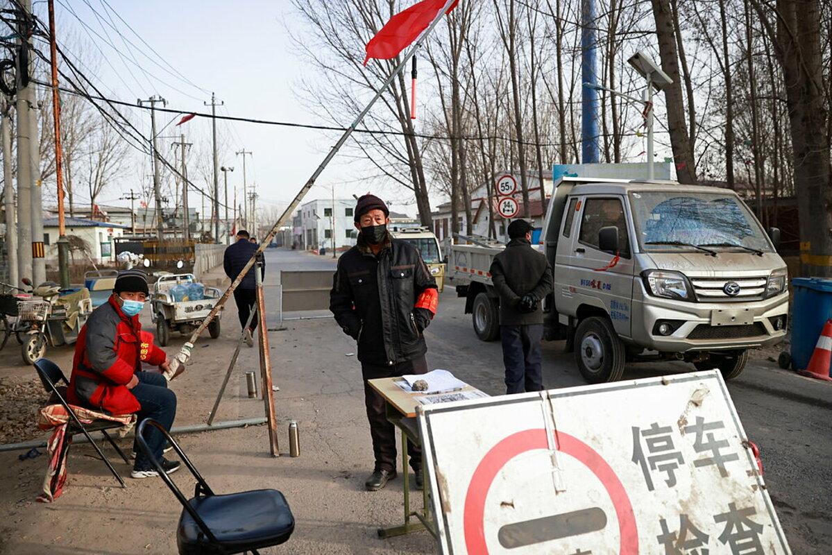 Các tình nguyện viên ở ngoại ô Bắc Kinh tại một trạm kiểm soát gần biên giới tỉnh Hà Bắc. Ảnh: Reuters