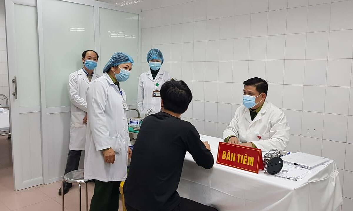 Nam thanh niên áo đen tiêm Nanocovax liều 25 mcg thứ hai ngày 14/1. Ảnh:Thúy Hạnh.