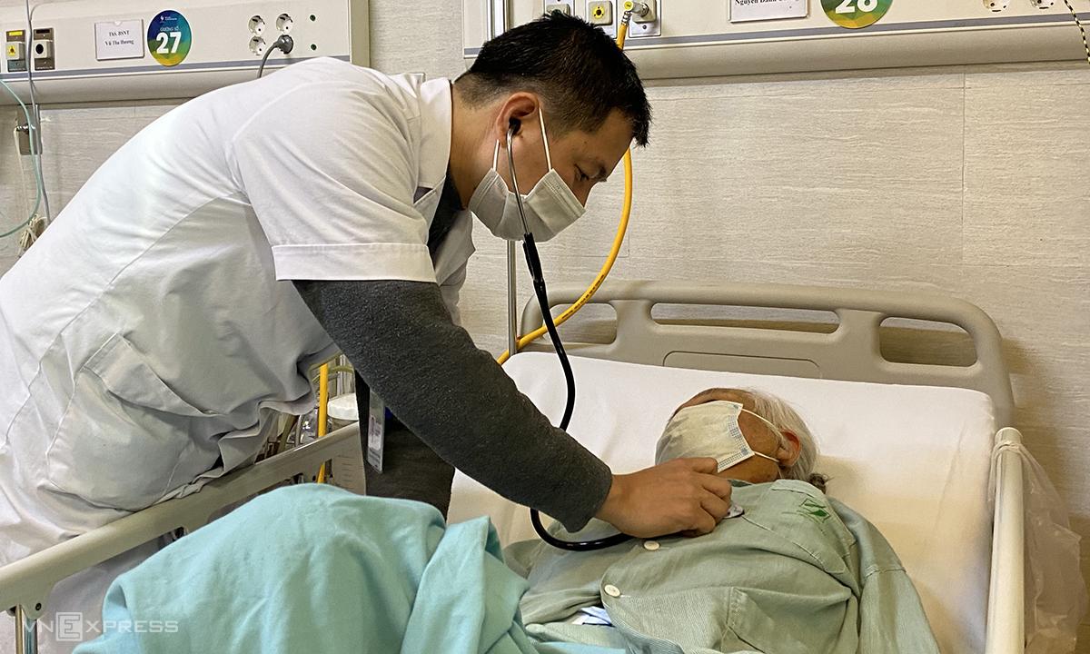 Bác sĩ đang thăm khám, kiểm tra sức khỏe bệnh nhân bị đột quỵ do thời tiết lạnh đột ngột. Ảnh: Thùy An