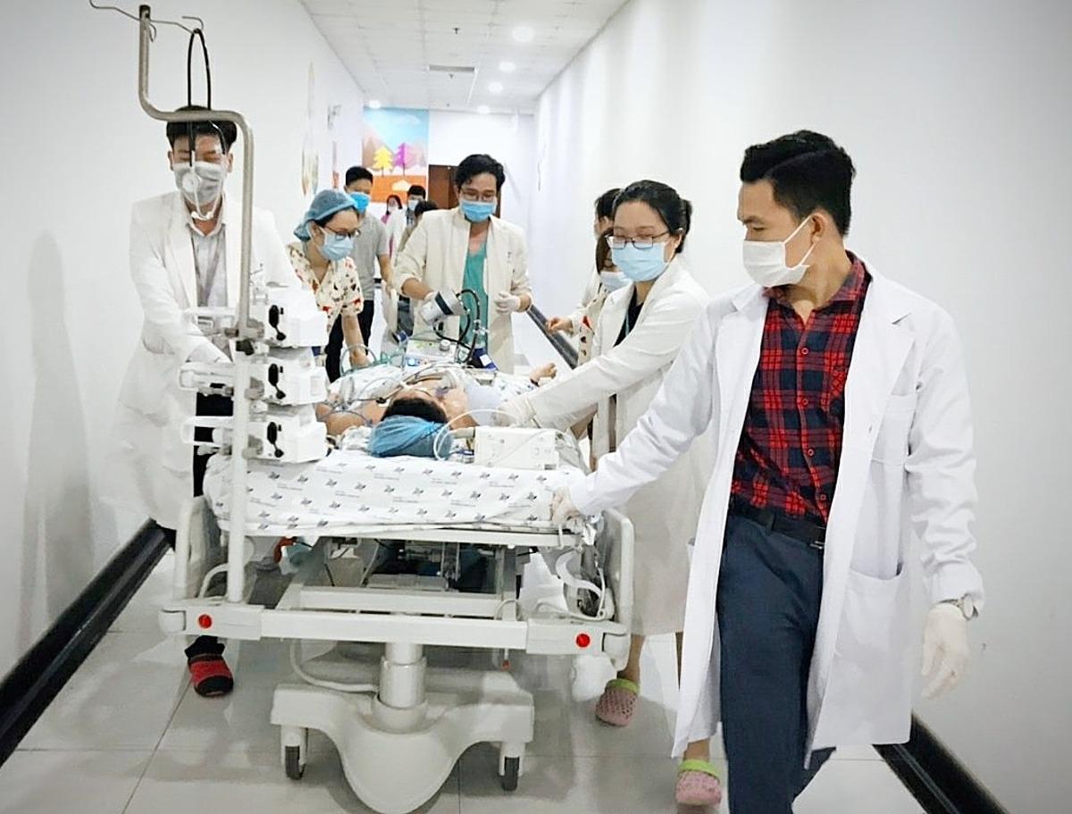 Các bác sĩ vừa đẩy giường bệnh, vừa theo dõi sinh hiệu, canh bóp bóng đều tay nâng nhịp thở. . Ảnh do bệnh viện cung cấp.
