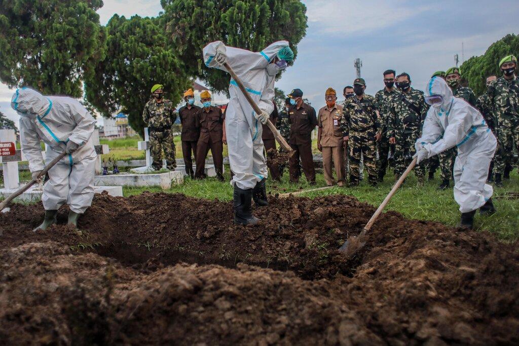 Đám tang một bệnh nhân Covid-19 tại Indonesia hôm 11/1. Ảnh: NY Times