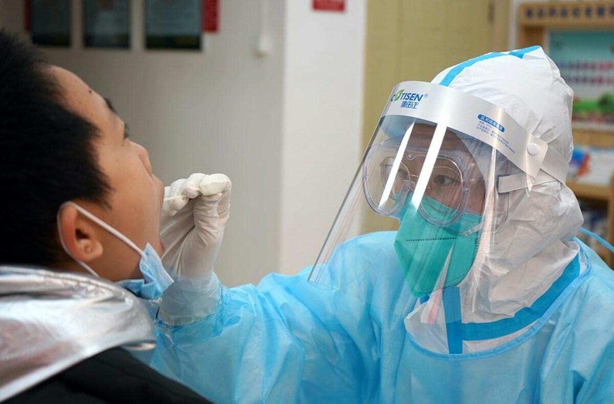 Nhân viên y tế lấy mẫu xét nghiệm nCoV của người dân Thạch Gia Trang, thủ phủ của tỉnh Hà Bắc, ngày 12/1. Ảnh: Xinhua