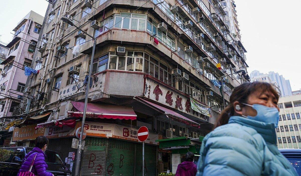 Những tòa nhà có từ nhiều thập kỉ trước ở Hong Kong có nguy cơ cao trở thành ổ dịch. Ảnh: SCMP.