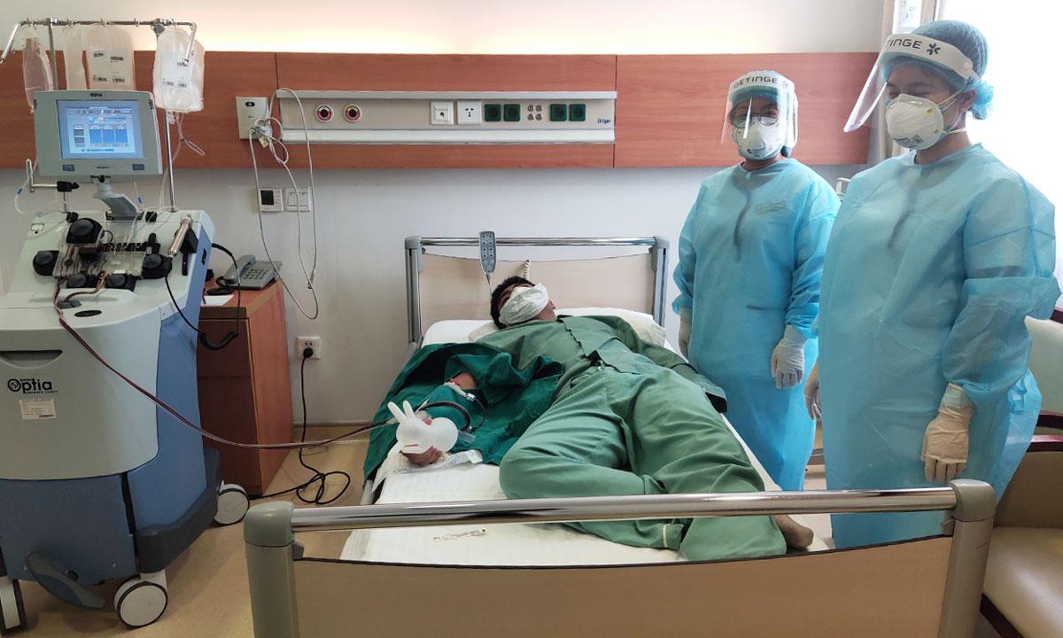 Một bệnh nhân Covid-19 hiến huyết tương. Ảnh do bệnh viện cung cấp.