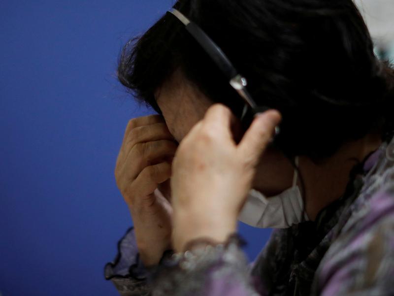 Nhân viên trực đường dây nóng tại trung tâm phòng chống tự tử Tokyo Befrienders, ngày 26/5. Ảnh: Reuters