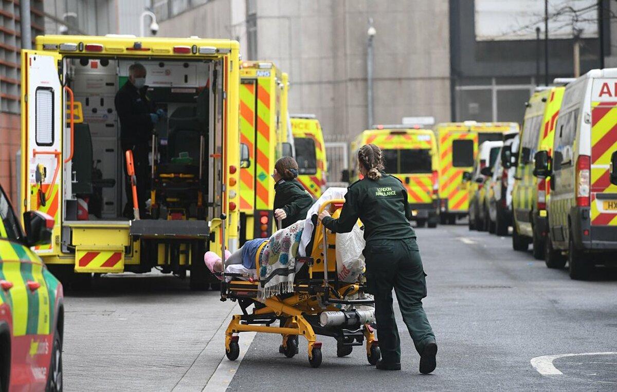 Nhân viên y tế di chuyển bệnh nhân đến Bệnh viện Hoàng gia London, tháng 1/2021. Ảnh: EPA