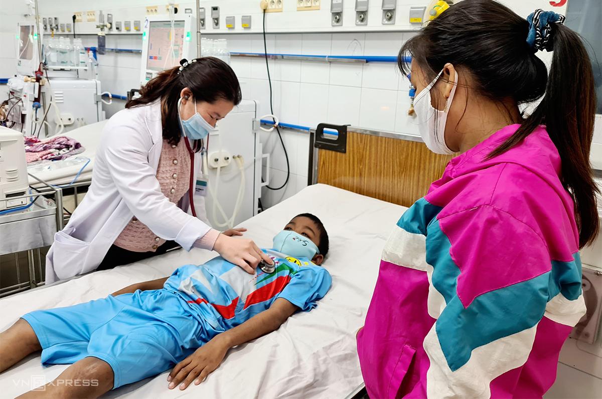 Bác sĩ Vy thăm khám cho bé Minh tại khoa Thận Nội tiết Bệnh viện Nhi đồng 2. Ảnh: Lê Phương.