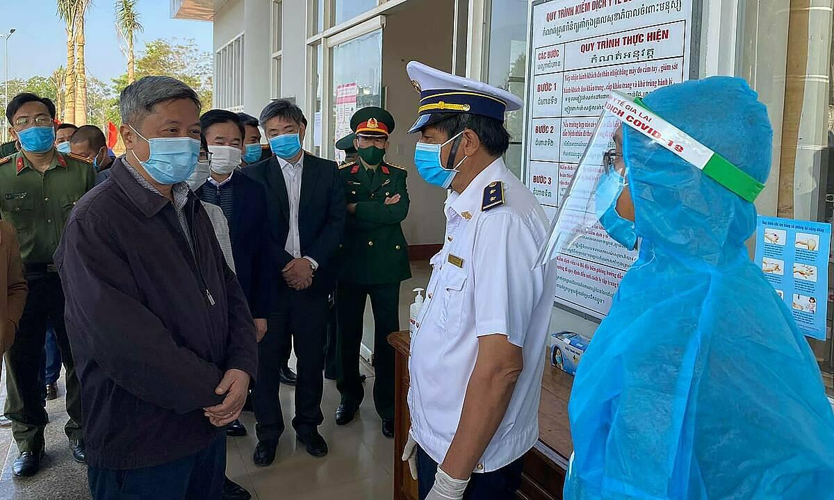 Thứ trưởng Nguyễn Trường Sơn (trái) kiếm tra công tác phòng chống dịch ở hai tỉnh Tây Nguyên. Ảnh: Bộ Y tế.