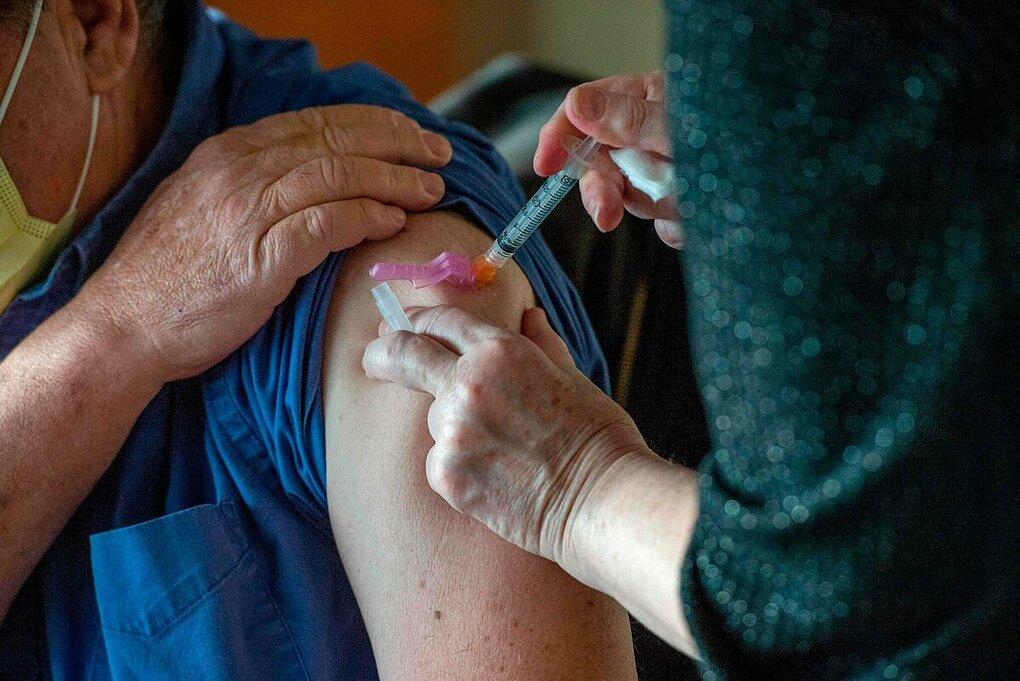 Một người dân được tiêm vaccine Covid-19 tại Boston, Mỹ, tháng 12/2020. Ảnh:AFP