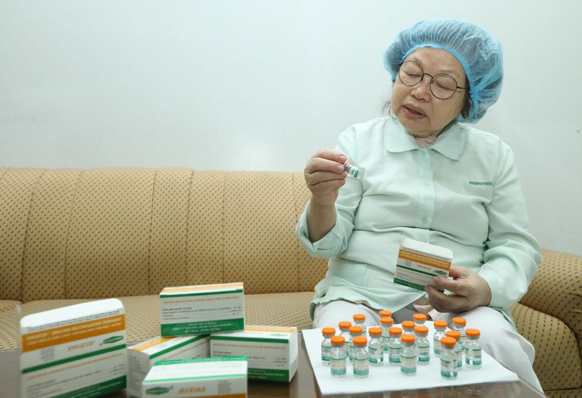 Giáo sư Liên giới thiệu về vaccicne viêm não Nhật Bản thế hệ thứ hai. Ạnh: Minh Quyết.
