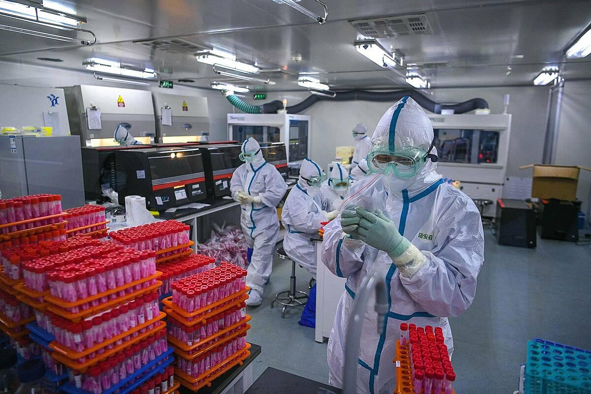 Chuyên viên nghiên cứu các mẫu thử nCoV tại một phòng thí nghiệm ở Thiên Tân, Trung Quốc. Ảnh: AFP