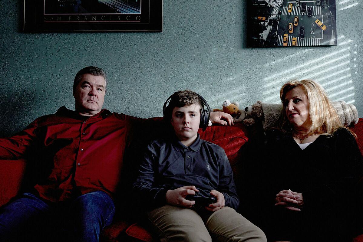 James Reichert, 14 tuổi, cùng cha mẹ mình là John và Cathleen Reichert. Ảnh: NY Times