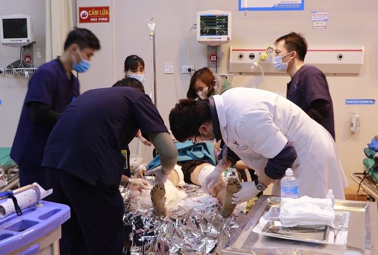 Bác sĩ cấp cứu cho nạn nhân. Ảnh: Bệnh viện cung cấp