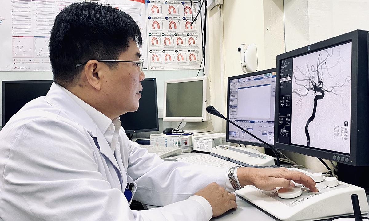 Phó giáo sư, tiến sĩ Phạm Đình Đài, chủ nhiệm Khoa Đột quỵ, Bệnh viện 103 đang chỉ đạo can thiệp cho một bệnh nhân đột quỵ, ngày 20/1. Ảnh: Thùy An