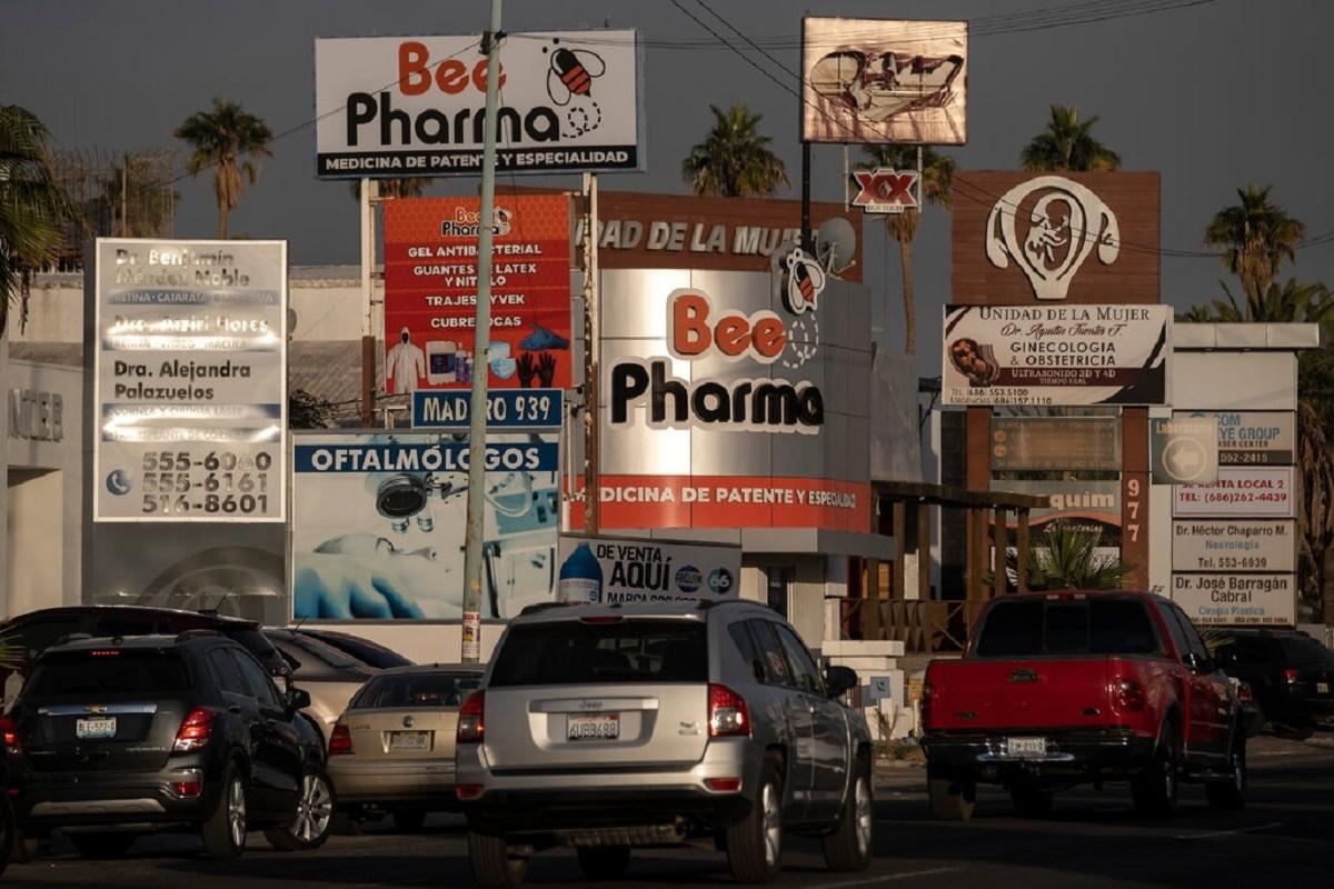 Biển quảng cáo của các bệnh viện, nhà thuốc và trung tâm y tế tại Mexico. Ảnh: NY Times