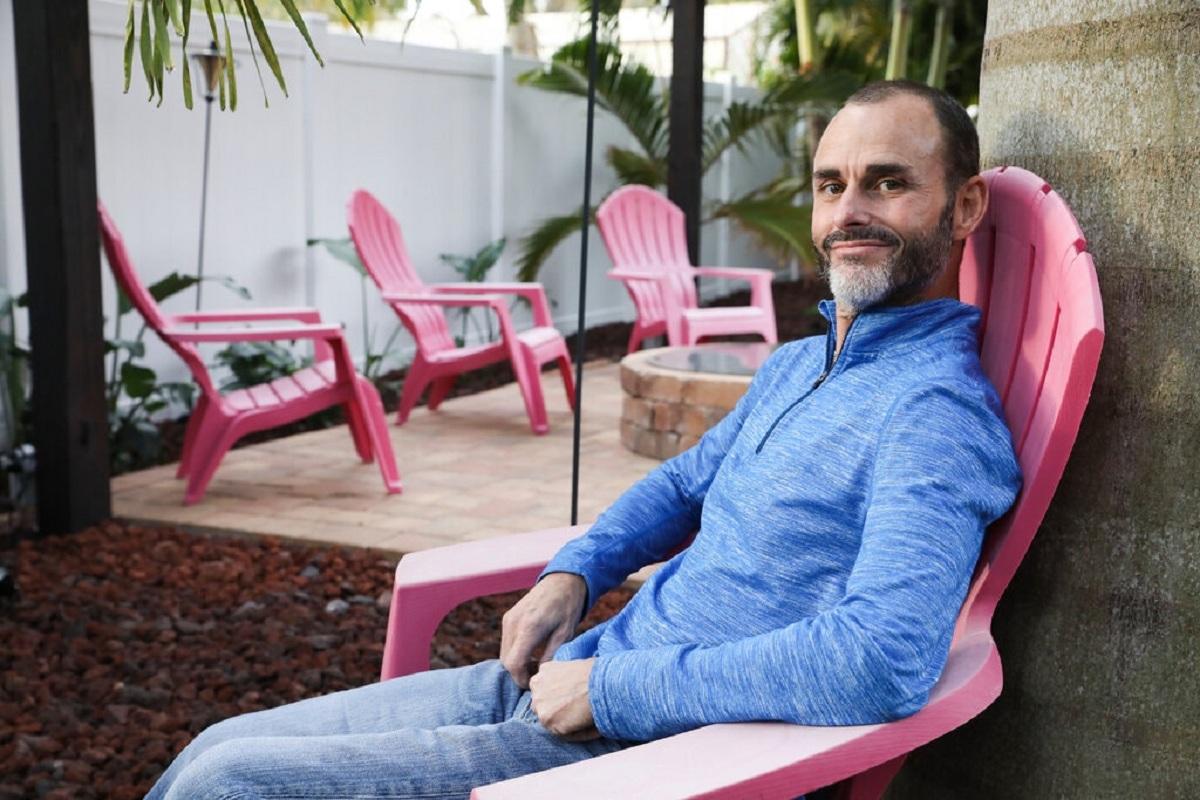 Jeff Somerville, tiếp viên hàng không của Delta Air Lines, đã đến Mexico để bọc răng sứ vì chi phí rẻ hơn. Ảnh: NY Times