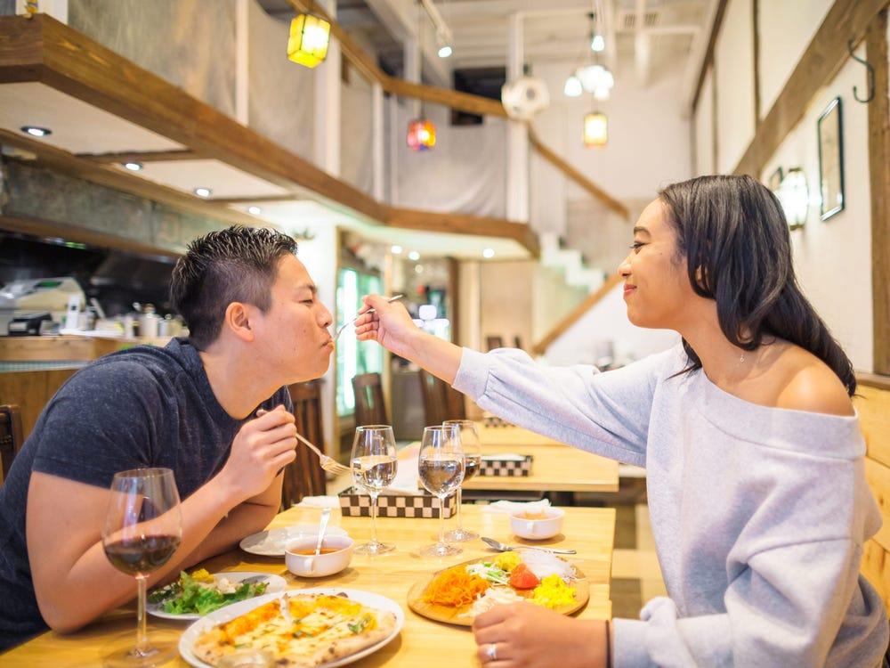 Ăn tối có thể giúp bạn duy trì cân nặng ở mức ổn định, khỏe mạnh. Ảnh: Insider.