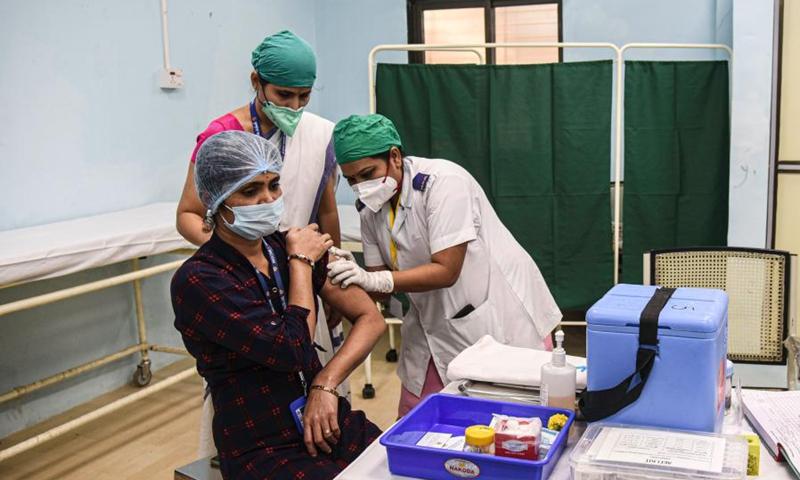 Một phụ nữ được tiêm vaccine Covid-19 tại Bệnh viện Rajawadi ở Mumbai, Ấn Độ ngày 16/1.