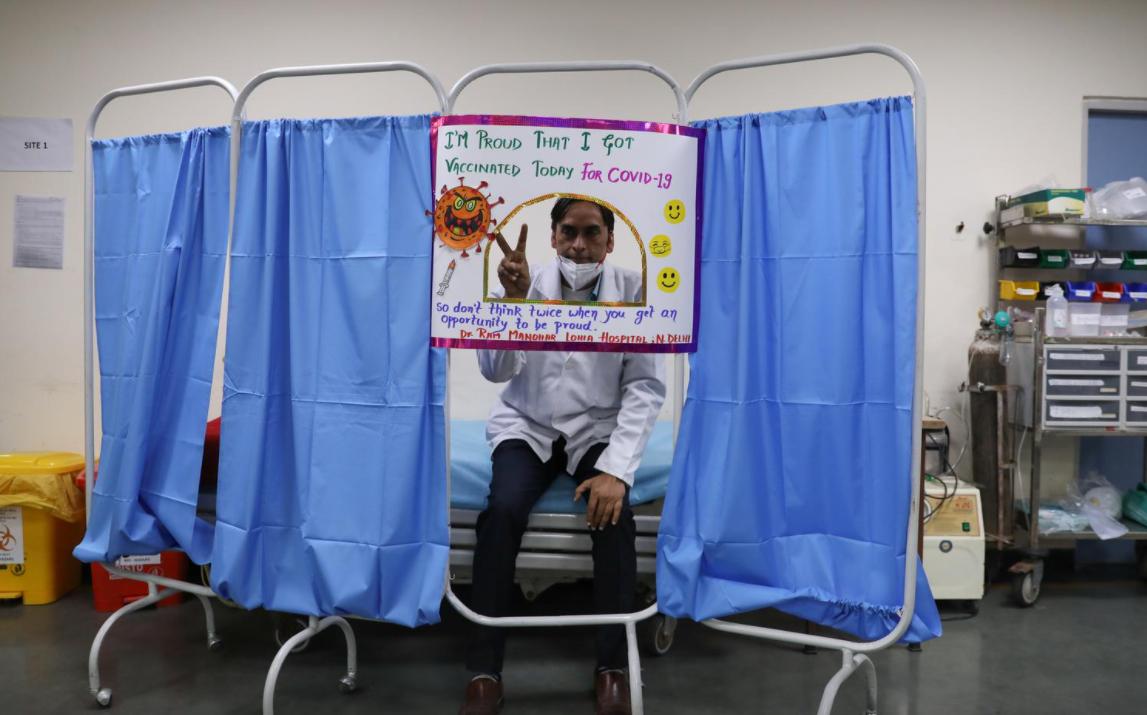 Một bác sĩ được tiêm vaccine COVAXIN của hãng dược Bharat Biotech tại bệnh viện ở New Delhi, Ấn Độ hôm 19/1. Ảnh: Reuters.