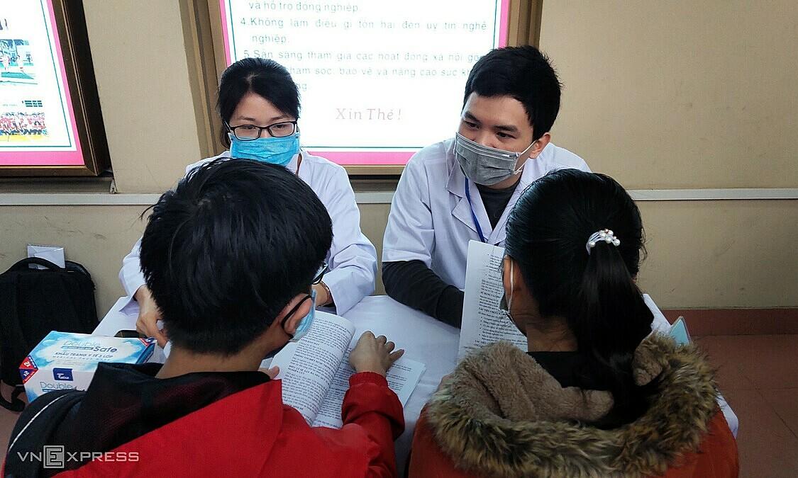 Tư vấn đăng ký thử nghiệm lâm sàng vaccine Covivac sáng 21/1 tại Trường Đại học Y Hà Nội. Ảnh: Chi Lê
