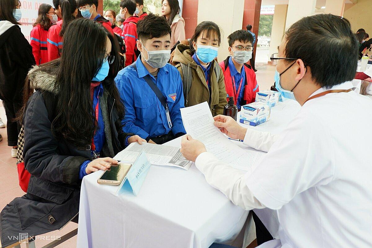 Bác sĩ tư vấn cho nhóm sinh viên y khoa đăng ký thử nghiệm lâm sàng vaccine. Ảnh: Văn Phong.