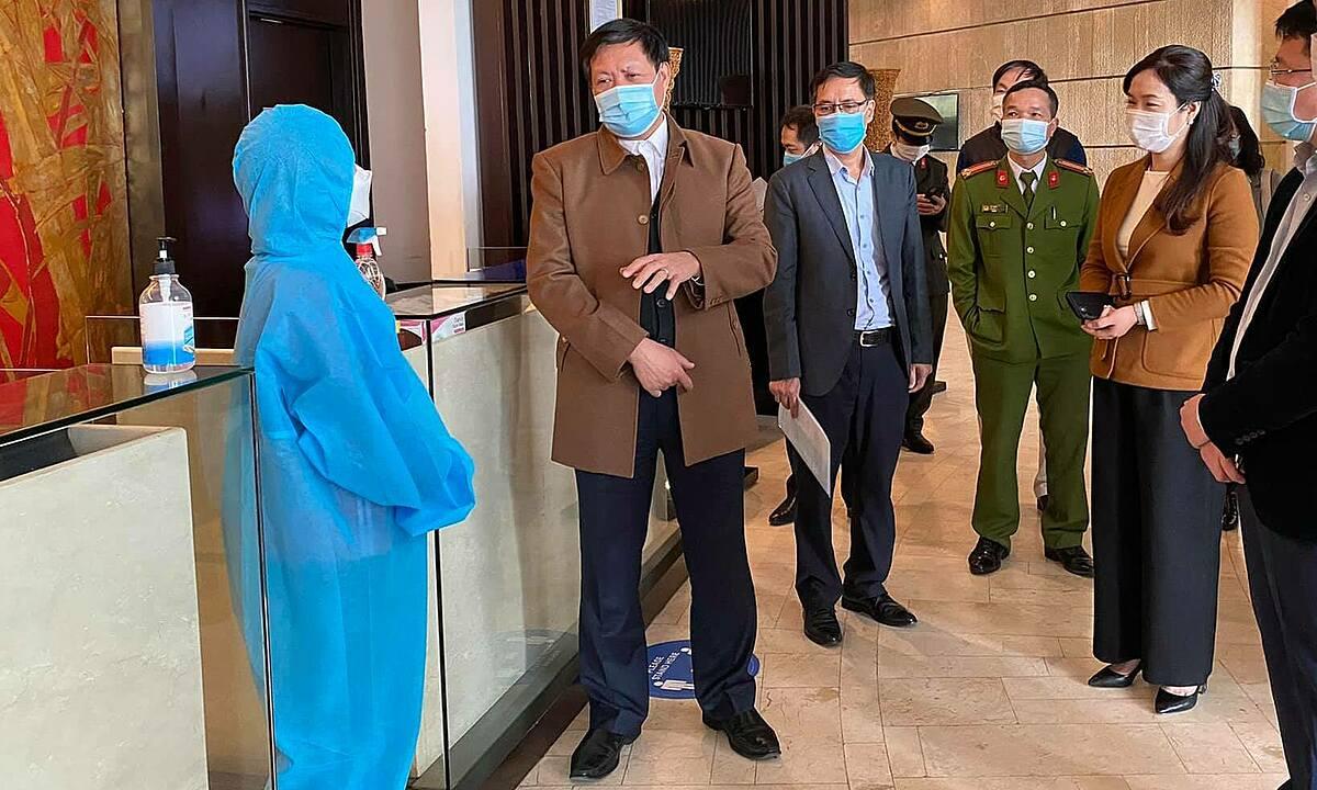 Thứ trưởng Đỗ Xuân Tuyên (áo nâu, trái) thị sát công tác phòng chống dịch ở Quảng Ninh.