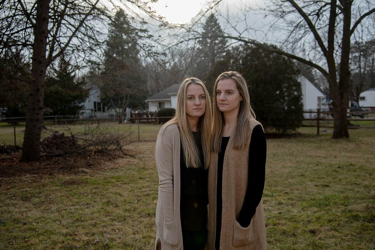 Kasey Miller (trái) và Krista Burkett (phải) mắc Covid-19 sau Lễ Tạ ơn. Ảnh: NY Times