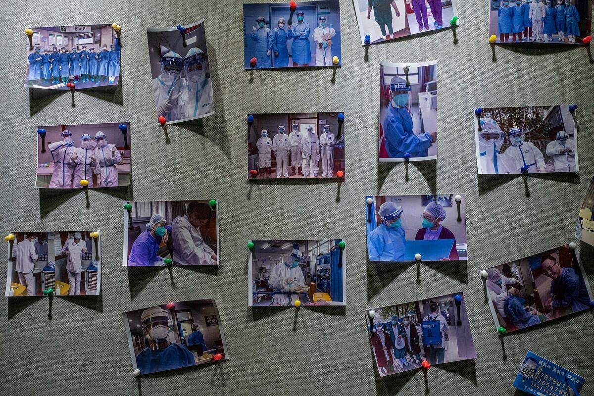 Ảnh kỷ niệm thời gian chống dịch của nhân viên y tế Vũ Hán. Ảnh: NY Times