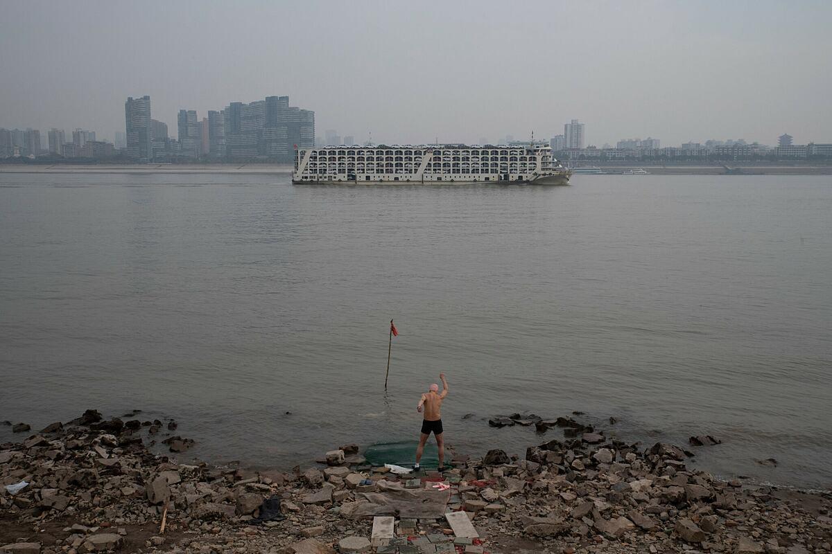 Người dân Vũ Hán tập thể dục bên bờ sông Dương Tử. Ảnh: NY Times