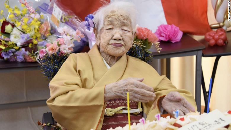 Bà Tanaka Kane cho biết bí quyết sống lâu của mình là ăn thực phẩm chất lượng và làm toán. Ảnh: CNN.